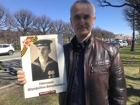 Rustam Vahidov esittelee Karjalan rintamalla taistelleen sukulaisensa kuvaa.