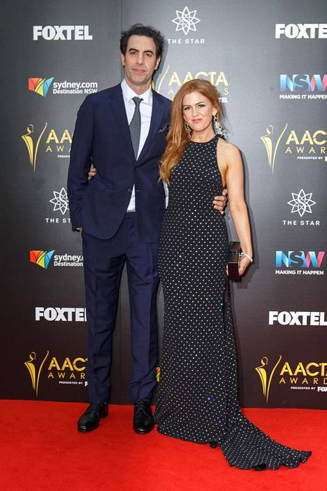 Sacha Baron Cohen vaimonsa Isla Fisherin kanssa.