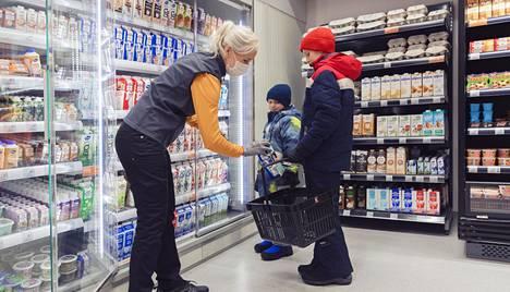 Lähikauppa on paljon muutakin kuin ruokakauppa. Asiakkaat perheineen tulevat tutuiksi ja kuulumisia vaihdetaan monen kanssa päivittäin.