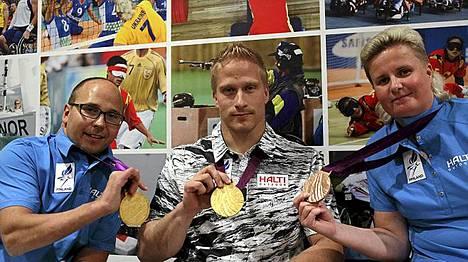 Yleisurheilussa Suomi otti kolme mitalia. Paralympiajoukkueen yleisurheilun mitalistit vasemmalta, kultamitalisti Toni Piispanen (kelaus), kultamitalisti Leo-Pekka Tähti (kelaus) ja pronssimitalisti Marjaana Huovinen (keihäs).