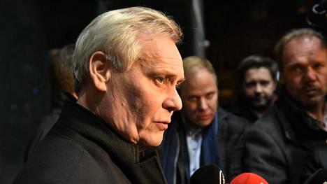 Rinne penäsi keskustalta vastauksia puoluehallituksen kokouksesta poistuessaan.
