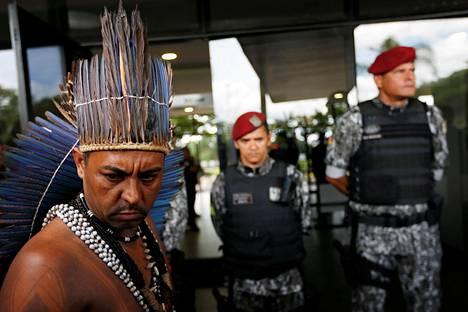 Intiaanimies yrittää toimittaa kirjettä Jair Bolsonarolle, joka on ilmaissut halveksuntansa Brasilian alkuperäisiä asukkaita kohtaan.