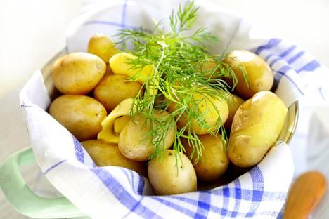 """Sanna Mansikkamäki vinkkaa, että perunoita kannattaa pyöritellä voisulassa kattilan pohjalla hetki keittymisen jälkeen. """"Kun olet kaatanut keitinveden pois, pidä perunoita vielä hetki kattilassa kypsymässä. Voin kanssa lopputuloksesta syntyy superhyvät voiperunat."""""""