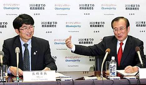 Nagasakin pormestari Tomihisa Taue (vas.) ja Hiroshiman kollega Tadatoshi Akiba tahtovat kisaisänniksi.