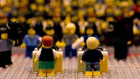 Tiukka tv-väittely legopalikoina. Saksan liittokansleria Angela Merkeliä esittävä Lego-nainen (vas,) sai asukseen vihreän minihameen, kun Saksan Oberhausenissa sijaitsevassa Legolandiassa päätettiin tehdä miniatyyriversio ennen kuumaa liittovaaleihin liittyvää oikeaa tv-väittelyä. Sekä lego- että tosi elämän tv -kohtaamisessa Merkelillä oli vastassa sosiaalidemokraattisen puoleen Peer Steinbrueck. Lego-Steinbrueck oli saanut ylleen bermudashortsit. Saksassa pidetään liittovaalit 22. lokakuuta.