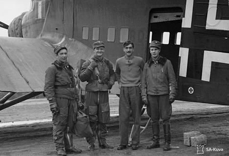 Kosti Keski-Nummi kuvassa oikealla. Hän oli lähdössä Breslauhun hakemaan uusia hävittäjiä.
