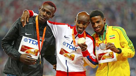 Mo Farah voitti Pekingissä 5000 metrin MM-kultaa. Vas. hopeamitalisti Caleb Ndiku, oik. pronssimies Hagos Gebrhiwet.