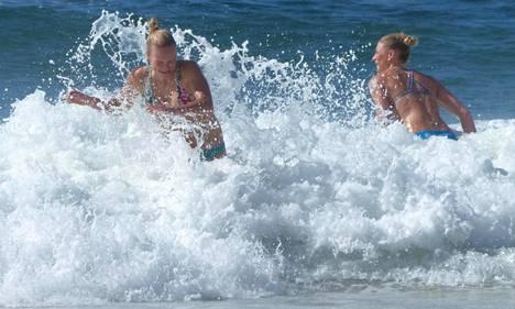 Taru Lahti ja Riikka Lehtonen menivät uimaan harjoitusten jälkeen.