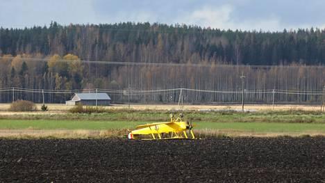 Keltainen pienkone päätyi katolleen pellolle Nurmijärvellä.