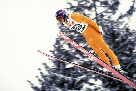 Ruotsalainen Jan Boklöv kehitti mäkihyppyyn 1980-luvun lopulla v-tyylin, jota karsastettiin aluksi voimakkaasti. Arvostelutuomarit sakottivat Boklöviä tämän tyylistä monella pisteellä.