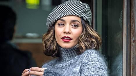 Näyttelijä Vanessa Hudgensin baskeri, pörröneule ja punainen huulipuna luovat talven klassisimman luottokombon.