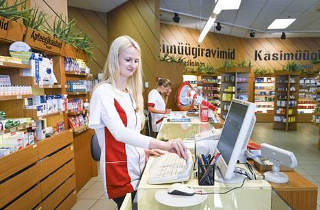 Tallinnan apteekkeihin ei odoteta varsinaista suomalaisten ryntäystä, vaikka reseptilääkkeet voi nyt ostaa etelänaapuristakin. Proviisori Liis Kruus palveli suomalaisasiakkaita Virun ostoskeskuksen apteekissa vuonna 2014.