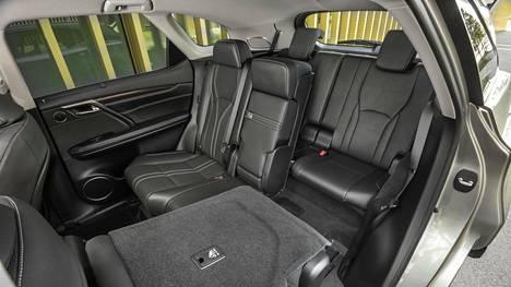 Tämä kuva kertoo olennaisimman muutoksen: uudessa Lexus RX 450h L -mallissa on pidennetyn perän ansiosta tilaa seitsemälle matkustajalle. Kaksi lisäistuinta taittuu lattiatasoon nappia painamalla. Keskimmäiset istuimet kaatuvat myös vaakatasoon suhteessa 40:20:40.