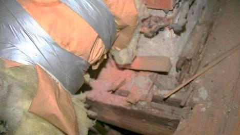Kattoremontin yhteydessä korjaamatta jääneitä yläpohjan rakenteita, joissa näkyy pahoja lahovaurioita.