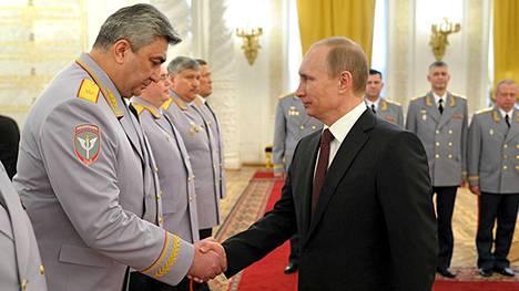 Putin tapasi Kremlissä perjantaina juuri nimettyä Venäjän armeijan henkilöstöä.