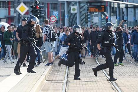 Alimiehitetty poliisi yritti hillitä väkivaltaa kaduilla sunnuntaina. Sen jälkeen kaupunkiin on tuotu runsaasti lisää mellakkapoliiseja.