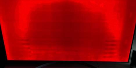 Palamisjäljet näkyvät, kun televisio on päällä. Tietyt värit korostavat ongelmaa, punainen ja magenta ovat pahimpia, sanoo asiakas.