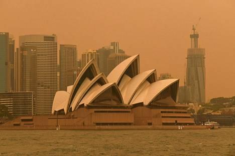 Sydneyn oopperatalo savun keskellä.