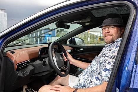 Marko Saarenkedon mukaan nykyään kallis sähköauto voi olla jopa paremmin varusteltu kuin samanhintainen polttomoottoriauto. Pari vuotta sitten oli vielä toisin.