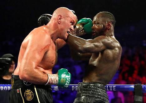 Edellisessä ottelussaan, helmikuussa 2020, Tyson Fury (vas.) tyrmäsi Deontay Wilderin.