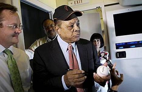 Willie Mays jutteli Air Force Onessa toimittajien kanssa matkalla St. Louisiin.