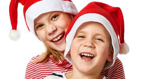Moni antaa sukulaisille joululahjaksi lasten valokuvia. Jos kuvat ottaa itse, kannattaa etukäteissuunnitteluun uhrata hetki.