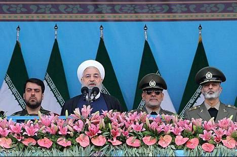 Iranin presidentti Hassan Ruhani piti puhetta Teheranissa järjestetyn kansallisen armeijapäivän paraatissa huhtikuussa.