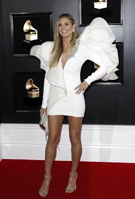 Huippumalli Heidi Klumin asussa huomion varasti valtava olkapää.