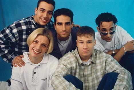 """Vuonna 1996 bändi teki läpimurtonsa Euroopassa kappaleellaan """"We've Got It Goin' On"""". Kuvassa takarivissä Howie Dorough (vas.), Kevin Richardson ja AJ MacLean. Eturivissä ovat Nick Carter (vas.) ja Brian Littrell."""