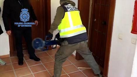 Espanjan poliisi käytti oveen voimaa mennessään sisälle tutkimaansa asuntoon.