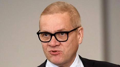 """Liikenne- ja viestintäministeriön kansliapäällikkö Harri Pursiaista haastateltiin Ylen Ykkösaamussa lauantaina. Itse kansliapäällikkö ei juurikaan sanomansa mukaan autoile, lukuun ottamatta mökkimatkoja Savoon. Niitä varten Pursiaisella on käytössään 12-vuotias henkilöauto, joka """"ei ole hybridi- eikä sähköauto""""."""