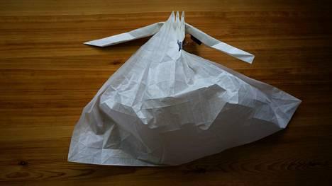 Origamien työstäminen vaatii Könkkölän mukaan huomattavaa hahmotuskykyä ja kärsivällisyyttä.