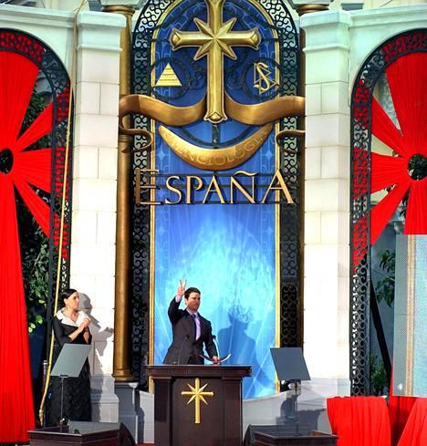 Todennäköisesti tunnetuin skientologia julkkisjäsenistä on Tom Cruise. Vuonna 2004 hän vieraili avaamassa Madridin skietologikirkon.