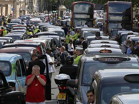 Taksikuskit lakkoilivat Lontoossa Uberin vuoksi.