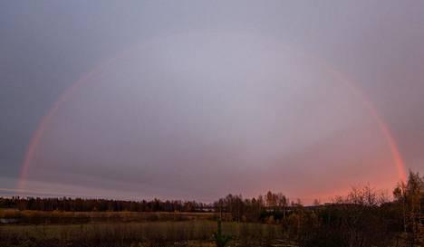 Orivedellä nähtiin upea sateenkaari.