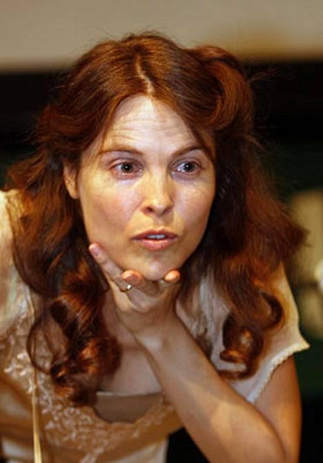 Irina Björklund soittaa mielummin sahaa kuin näyttelee Renny Harlinin elokuvassa.
