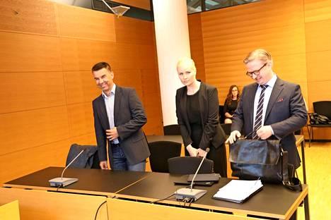 Mika Kulmala (vas.) edusti Hiihtoliittoa oikeudessa Harri Ollia vastaan vuonna 2018.