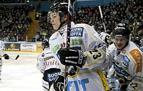 Julius Junttila kaatoi Pelicansin.