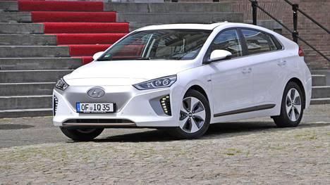 Täyssähköinen Hyundai Ioniq EV. Auto tulee saataville myös lataushybridinä (PHEV) ja hybridiversiona (HEV).