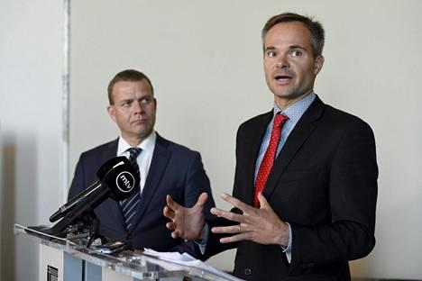 Kokoomuksen puheenjohtaja Petteri Orpo ja eduskuntaryhmän pj. Kai Mykkänen linjasivat viime viikolla, että kokoomuksen kansanedustajat äänestävät tyhjää EU:n elpymispaketista. Päätös on sekoittanut pahasti kokoomuksen rivit.