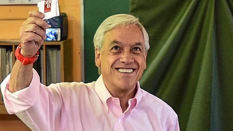 Sebastian Pinera kävi äänestämässä Santiagossa 17. joulukuuta 2017.