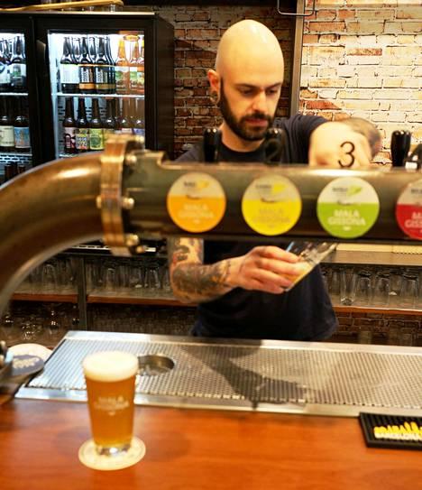 Jan Azurmendi laskee olutta Mala Gissonassa.