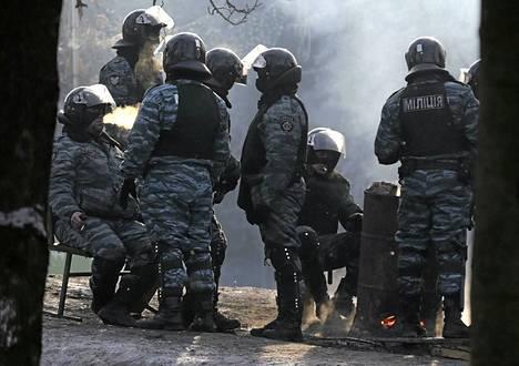 Berkut-joukot tauolla yhteenottojen lomassa tammikuussa.