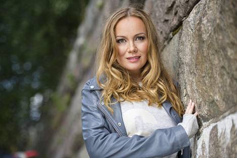 Marja Hintikka juontaa omaa nimeään kantavaa liveohjelmaa.