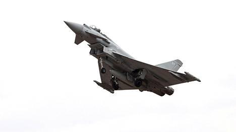 Eurofighter-hävittäjä harjoittelemassa seuraavan päivän näytöstä varten Tikkakoskella Jyväskylässä 15. kesäkuuta 2018.
