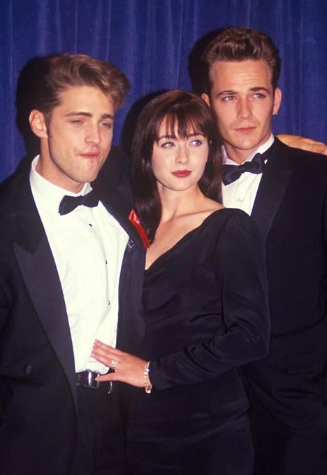 Luke Perry tunnettiin parhaiten roolistaan 90210 -hittisarjassa. Kuvassa Jason Priestly (vasemmalla), Shannon Doherty ja Perry.