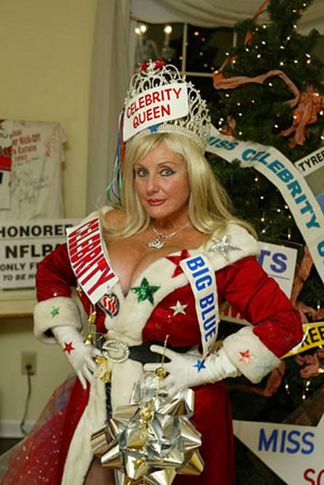 Sondra oli pukeutunut ottelua varten missin tiaraan, hyvin avokaulaiseen joulupukin asuun, bikinipöksyihin, särkiverkkosukkiin ja korkeakorkoisiin saappaisiin.