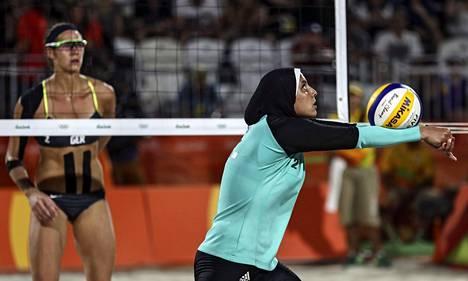 Egyptin Doaa Elgobashy pelaa vartalon peittävässä asussa huivi päässään.