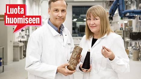 Niklas von Weymarn ja Pirjo Kääriäinen esittelivät IS:lle tulevaisuuden vaatteiden raaka-ainetta.