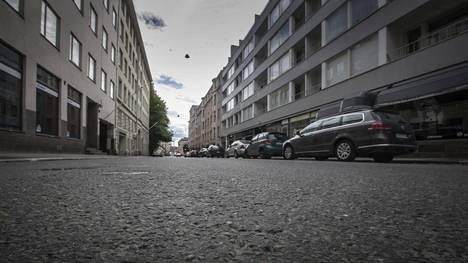 Tytär löysi äitinsä surmattuna perheen Lönnrotinkadulla sijaitsevasta asunnosta aamuyöllä 5. kesäkuuta 2016.